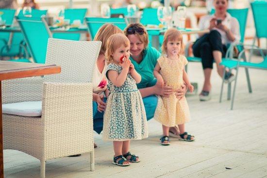 Дети с родителями на празднике в Маристелле